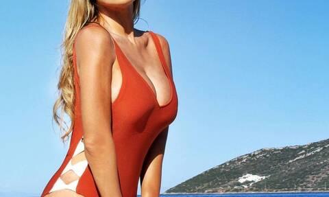 Ελληνίδα τραγουδίστρια σε καυτές πόζες με μαγιό (pics)