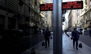 Αργεντινή: Οι οίκοι Fitch και S&P υποβάθμισαν την πιστοληπτική ικανότητα της χώρας