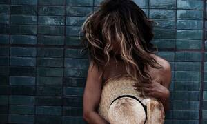 Διάσημη ηθοποιός κολάζει με βρεγμένο μπλουζάκι και χωρίς σουτιέν (pics)