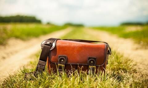 Απίστευτο: Βρήκε στο δρόμο τσάντα με θησαυρό - «Πάγωσε» όταν την άνοιξε