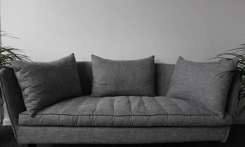 Κλάμα: Δείτε πώς μετέφεραν καναπέ τέσσερις νεαροί (pics)