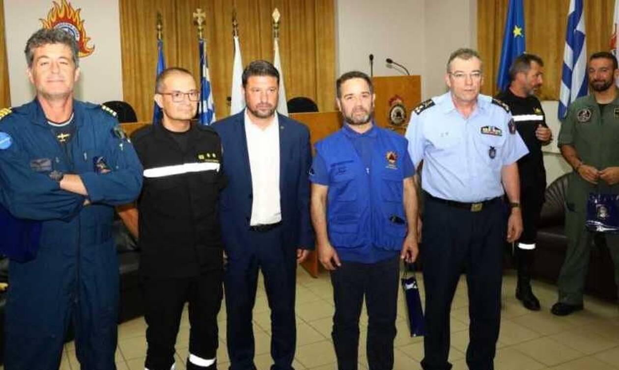 Φωτιά Εύβοια: Τους Ιταλούς και Ισπανούς πιλότους των πυροσβεστικών αεροσκαφών βράβευσε ο Χαρδαλιάς