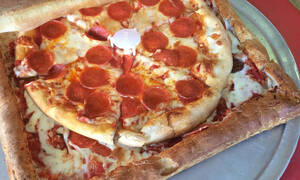 Αυτή είναι η πιο περίεργη πίτσα στον κόσμο. Δες το γιατί (pics)