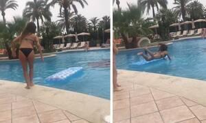 Επιχείρησε να πετάξει το στρώμα στην πισίνα και να πέσει πάνω του. Τελικά συνέβη αυτό... (Video)