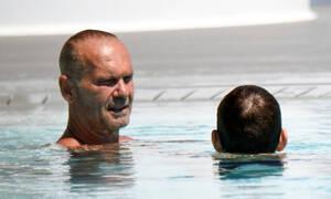 O Πέτρος Κωστόπουλος όπως δεν τον έχετε ξαναδεί! Με τον γιο του στη Μύκονο! (photos)