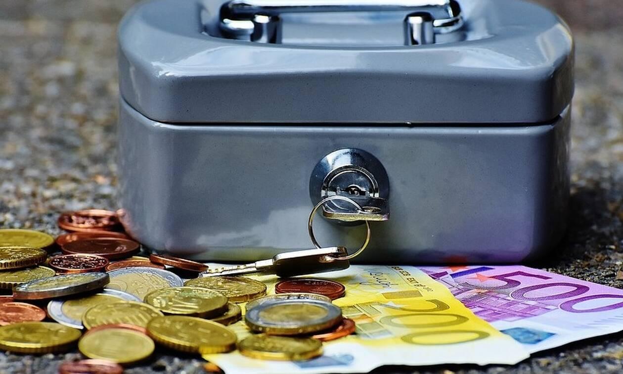 «Βρέχει» λεφτά τις επόμενες ημέρες: Δείτε πότε θα καταβληθούν συντάξεις, ΚΕΑ και επιδόματα