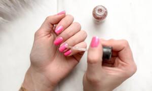 Πώς θα βάψεις τα νύχια του «καλού» σου χεριού σαν επαγγελματίας