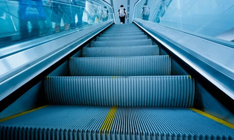 Το ήξερες; Υπάρχει λόγος που οι κυλιόμενες σκάλες έχουν αυτές τις γραμμές
