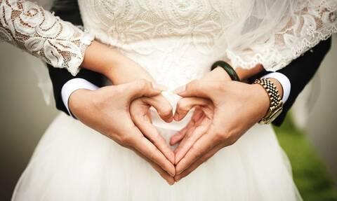 Χαμός σε κρητικό γάμο: Έτρεχαν με κουβάδες οι συγγενείς – Δείτε τι συνέβη (pics)