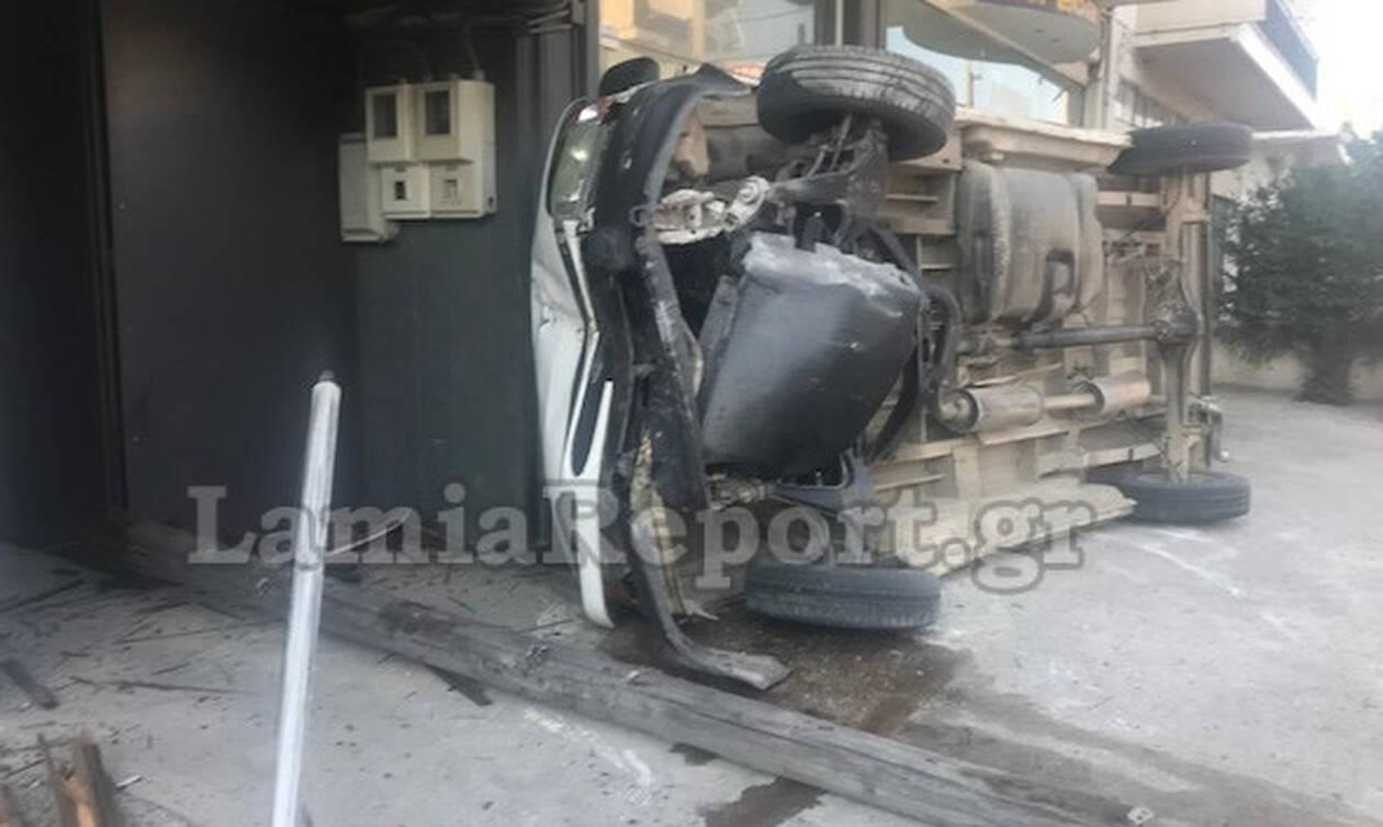Λαμία: Ανατράπηκε βανάκι- Tούμπαρε μέσα σε αυλή σπιτιού (pics)