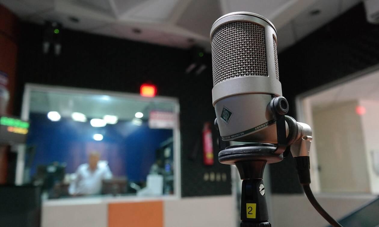 Το παράπονο πασίγνωστου Έλληνα τραγουδιστή: «Ούτε οι φίλοι μου δεν με παίζουν στο ραδιόφωνο»