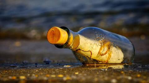Το μήνυμα στο μπουκάλι ταξίδευε 50 χρόνια: Τα «έχασε» με αυτό που έγραφε (pics)