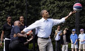 ΗΠΑ: Δείτε πόσο πουλήθηκε η φανέλα που έπαιζε μπάσκετ ο πρώην πρόεδρος Ομπάμα