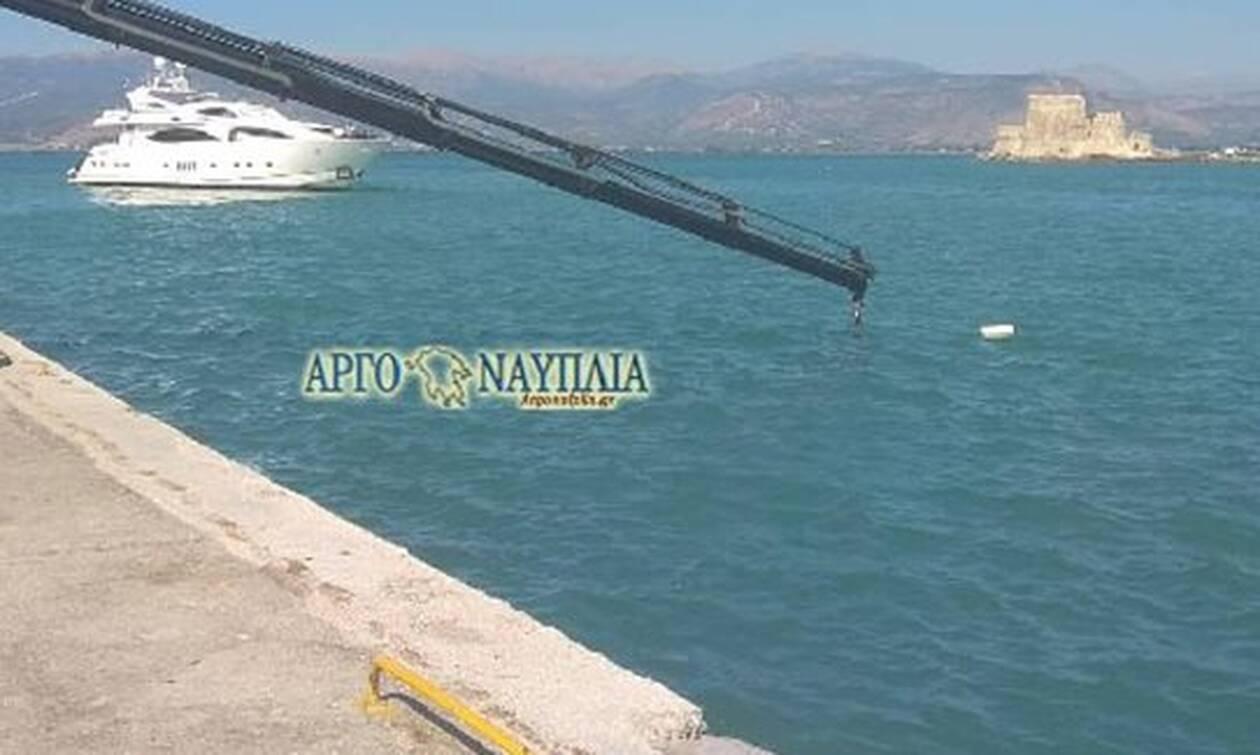 Ναύπλιο: Αυτοκίνητο έπεσε στη θάλασσα - Στο νοσοκομείο ο οδηγός (pics)