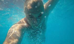 Τι συμβαίνει όταν κολυμπάς χωρίς να κλείσεις τα μάτια σου στο νερό;