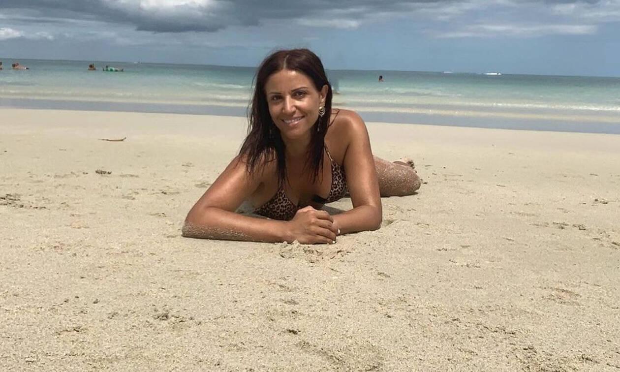 Σοφία Παυλίδου: Δείτε την χωρίς ίχνος μακιγιάζ να ποζάρει ξαπλωμένη πάνω σε φοίνικα (photos)