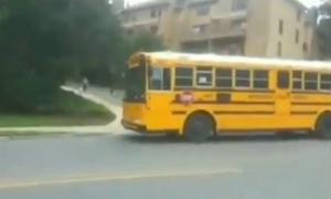 Το σχολικό λεωφορείο σταματάει και αυτό που κάνουν οι άλλοι οδηγοί φαντάζει… αδιανόητο! | ΒΙΝΤΕΟ