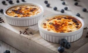 Εύκολη συνταγή για την πιο λαχταριστή crème brulee με μύρτιλα!