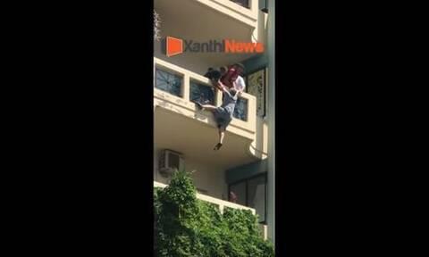 Ξάνθη: Δραματική διάσωση - Λοχίας έσωσε τη ζωή ενός άνδρα που κρεμόταν από μπαλκόνι (vid)
