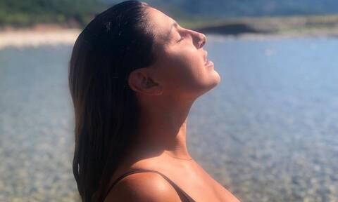 Ελενα Παπαρίζου: Ποζάρει με μαγιό και βάζει «φωτιά» στο instagram