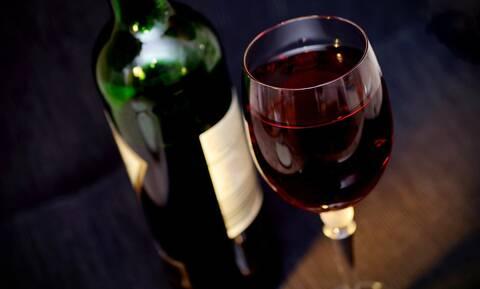 Ένα ποτηράκι κόκκινο κρασί το βράδυ βοηθά στη μείωση του βάρους