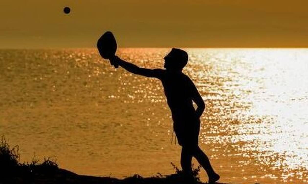 Ευρωβουλευτής παίζει ρακέτες σε παραλία της Νάξου – Δείτε ποιος είναι (pics)