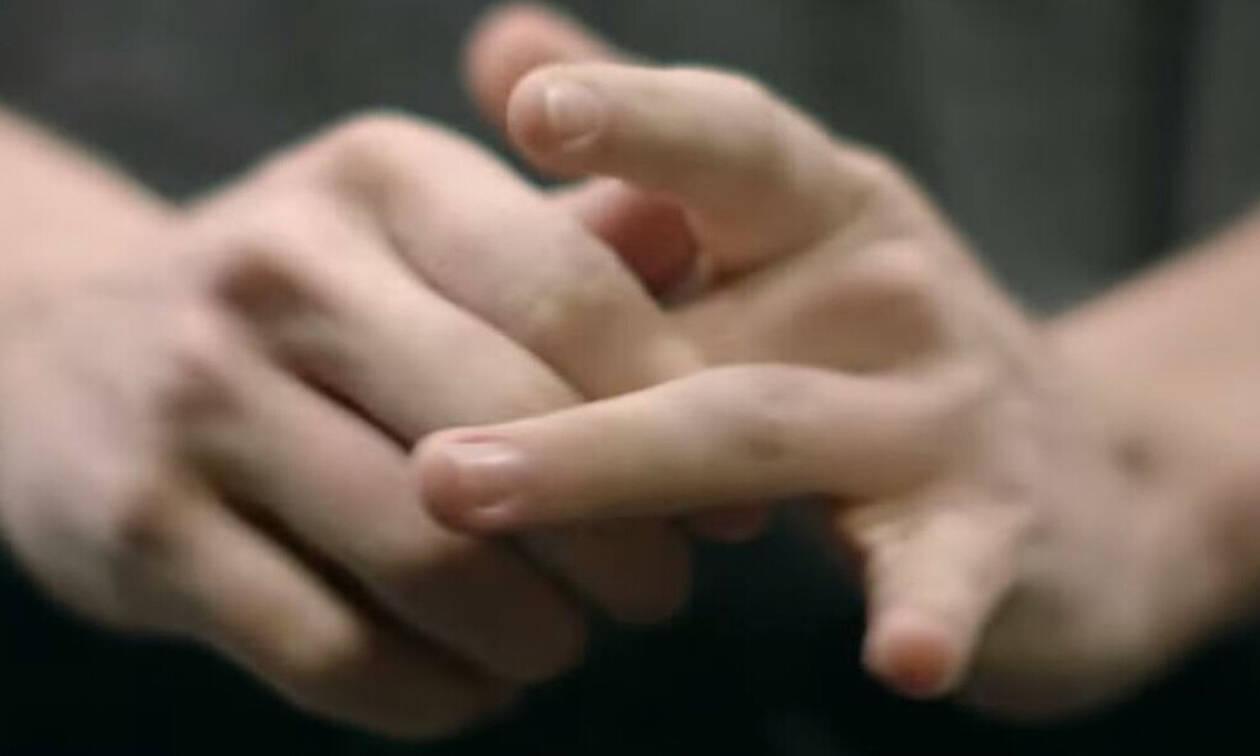 Τι συμβαίνει όταν κάνεις «κρακ» στα δάχτυλα του χεριού σου;