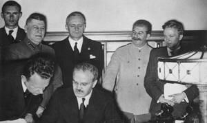 Σαν σήμερα το 1939 υπογράφτηκε το Σύμφωνο Ρίμπεντροπ – Μολότοφ