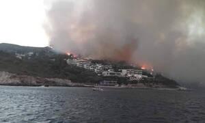 Φωτιά ΤΩΡΑ στη Σάμο: Εκκενώθηκαν τέσσερα ξενοδοχεία στον Μεσόκαμπο - Στην παραλία γύρισαν οι φλόγες