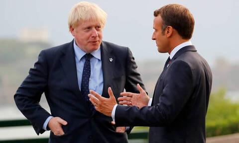 Μακρόν: Ο Τζόνσον «ίσως παίζει πόκερ» με το Brexit