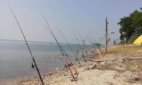 Ψαράδες στήνουν 13 καλάμια στην άμμο και περιμένουν - Οταν αρχίζει το χτύπημα παθαίνουν σοκ (vid)