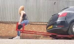 Γυναίκα μια σταλιά σηκώνει ολόκληρα… αυτοκίνητα! Δείτε το απίστευτο βίντεο