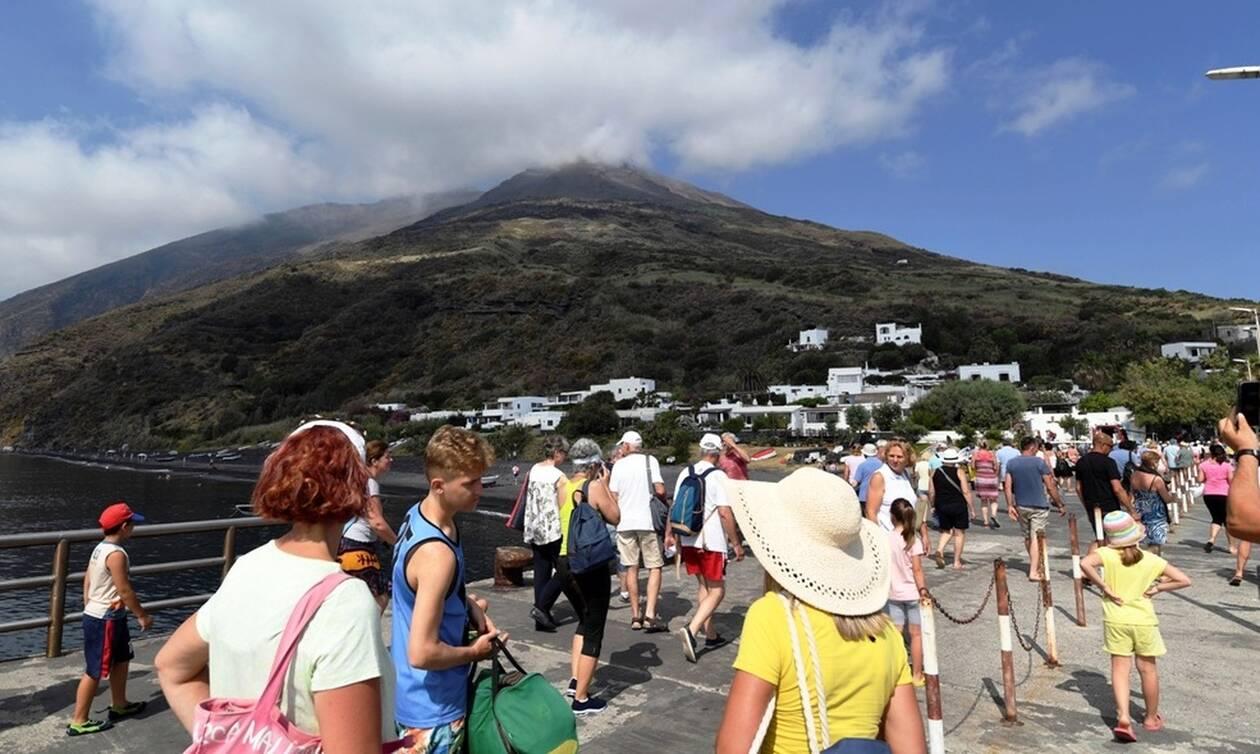 Συγκλονιστικές εικόνες: ΣΟΚ σε σκάφος με τουρίστες την στιγμή της έκρηξης του ηφαιστείου Στρόμπολι