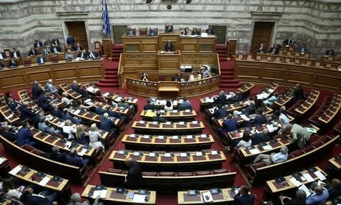 Υπερψηφίστηκε το νομοσχέδιο για τα διπλώματα μετά την άγρια κόντρα στη Βουλή - Όλες οι αλλαγές