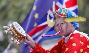 «Καζάνι που βράζει» η Βρετανία μετά το «πραξικόπημα» Τζόνσον: Οργή, διαδηλώσεις και παραιτήσεις