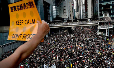Στο Χονγκ Κονγκ επικρατεί η απόλυτη παράνοια! (pics+vids)
