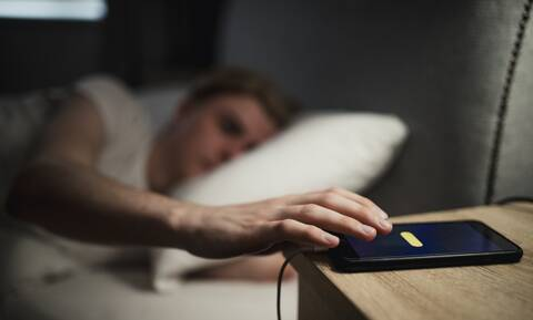Κοιμάσαι και φορτίζεις το κινητό δίπλα σου; Σταμάτα αμέσως! (pics)