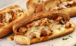 Η συνταγή της ημέρας: Sandwich με κοτόπουλο κοκκινιστό