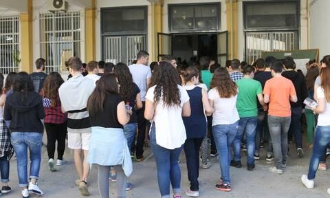 Κύπρος: Εκτός σχολείων οι ψεύτικες βλεφαρίδες και τα μούσια - Τι εξετάζει το υπουργείο Παιδείας