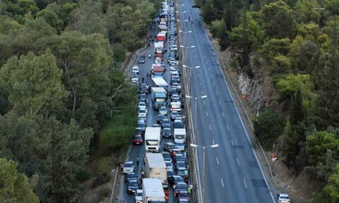 Εικόνες σοκ από το τροχαίο με νταλίκα στην Αθηνών - Κορίνθου: Ουρές χιλιομέτρων