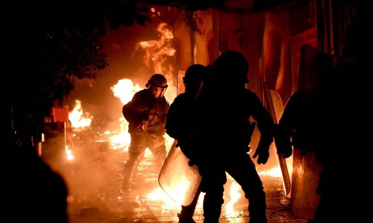 Εμπόλεμη ζώνη τα Εξάρχεια: «Ντου» κουκουλοφόρων με μολότοφ κατά αστυνομικών
