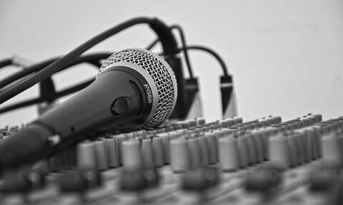 Σάλος: Πατέρας πασίγνωστης τραγουδίστριας ξυλοκόπησε τον γιο της (pics)