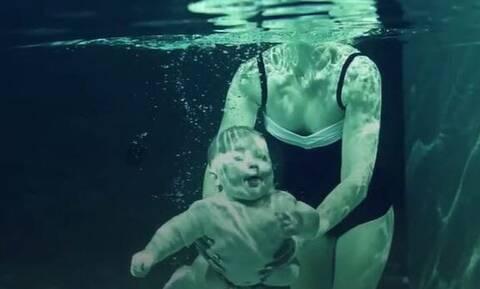 Πετάνε τα μωρά τους στην πισίνα κι εκείνα... Το φαινόμενο που τα κάνει να ανταποκρίνονται (vid)
