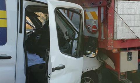 Τροχαίο στην Κορίνθου – Πατρών: Βανάκι «καρφώθηκε» σε φορτηγό (pics&vid)