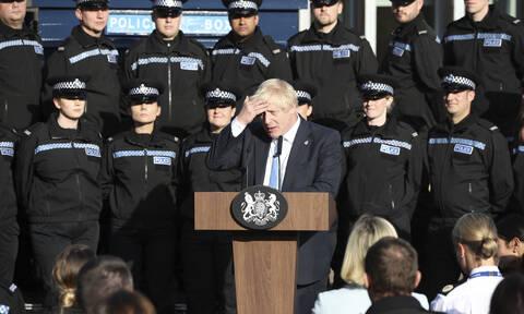 Κατέρρευσε αστυνομικός σε ομιλία του Τζόνσον – Η απίστευτη αντίδρασή του (vid)