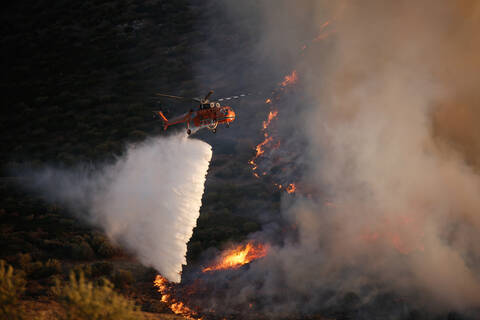 Φωτιά ΤΩΡΑ: Μαίνεται η πυρκαγιά στην Κάρυστο - Ενισχύονται εκ νέου οι πυροσβεστικές δυνάμεις