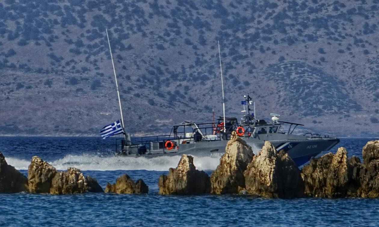 Twelve refugees and migrants and a dead woman located on Samos beach