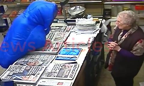 Μπήκε να κλέψει το μαγαζί μιας 82χρονης - Τη συνέχεια θα την θυμάται για πάντα (vid)
