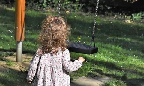 Κρήτη: Άφησαν μόνο στο πάρκο κοριτσάκι 3 ετών!