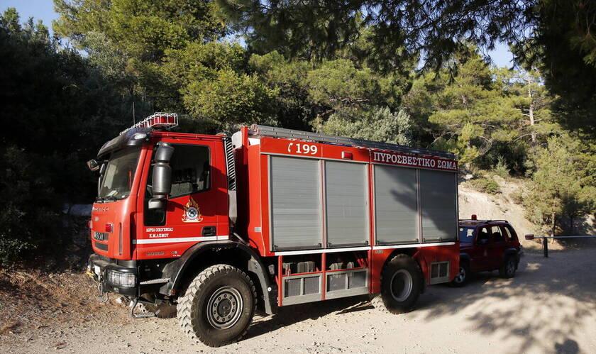 Σε περίπτωση που αντιληφθούν πυρκαγιά, οι πολίτες παρακαλούνται να ειδοποιήσουν αμέσως την Πυροσβεστική Υπηρεσία στον αριθμό κλήσης 199.